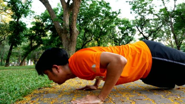 asiatischen mann tut pushup - einzelner mann über 30 stock-videos und b-roll-filmmaterial