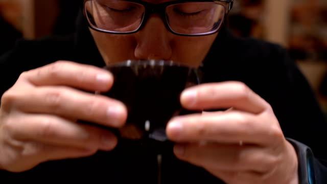 アジア人を日本食レストランでスープを飲む - スープ点の映像素材/bロール