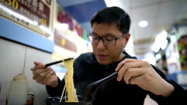 stockvideo's en b-roll-footage met aziatisch mens eten hong kong wantan garnalen noodle soep - chinese culture