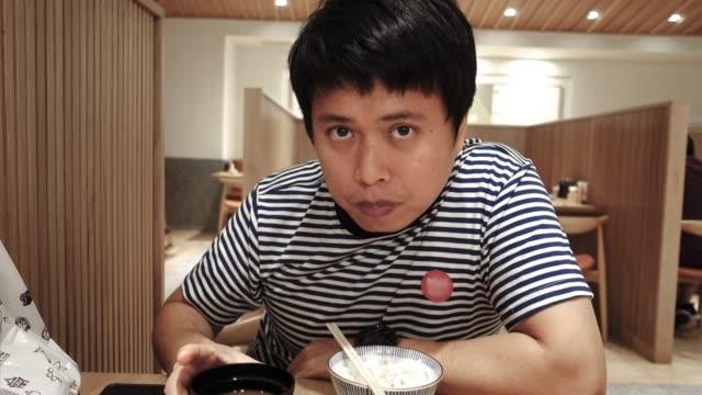 日本食レストランでスープを食べるアジア人男性。 - 海草点の映像素材/bロール