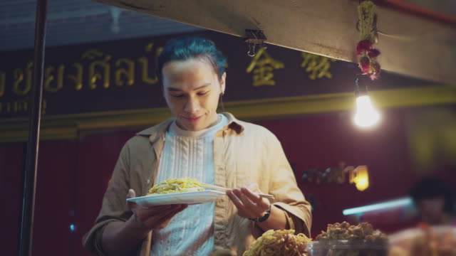 asian man enjoying food truck life in khao san road. bangkok, - thai culture stock videos & royalty-free footage