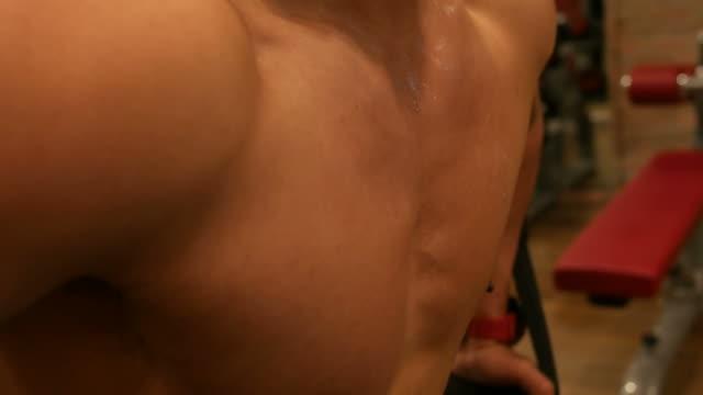 vidéos et rushes de homme asiatique exerce dans le fitness - poids pour la musculation