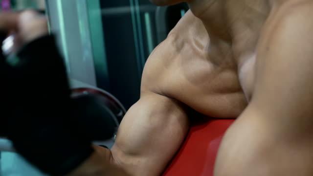 vídeos de stock e filmes b-roll de asian man exercising in fitness - flexão de braço com peso