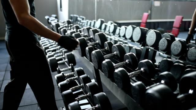 Aziatisch mens fitness met barbell machine