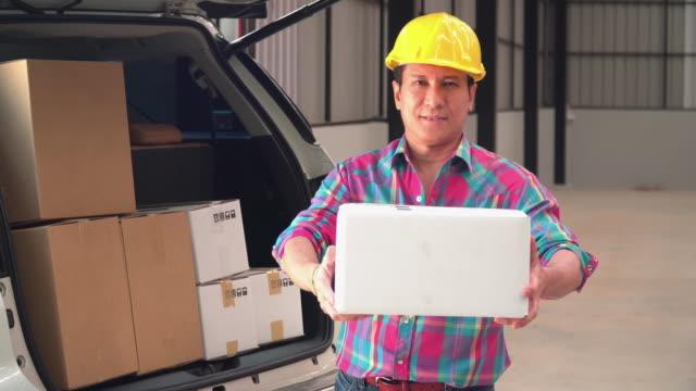 vídeos y material grabado en eventos de stock de asiático capataz enviado paquete a usted - piso de edificio