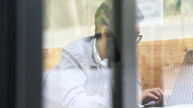 Aziatische Man liggen werken in het café