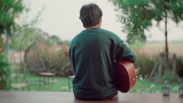 インターネット上のビデオ通話を通じて一緒に音楽を演奏するアジア人男性 - hobbies点の映像素材/bロール