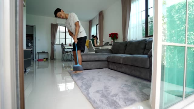 ゴルフグリップと自宅でスイングを練習するアジア人男性 - パットする点の映像素材/bロール