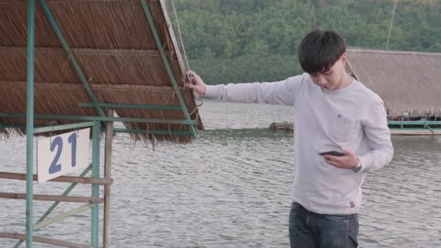 タイのタクシー ボートでアジア男リラクゼーション - フェリー船点の映像素材/bロール