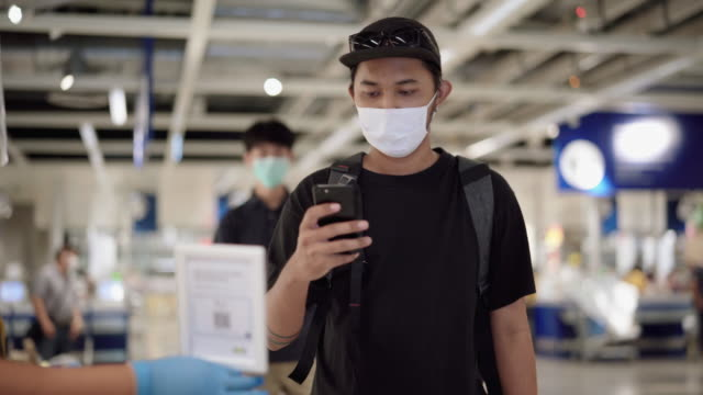 vídeos y material grabado en eventos de stock de hombre asiático escanear código qr antes de ir de compras - pago por móvil