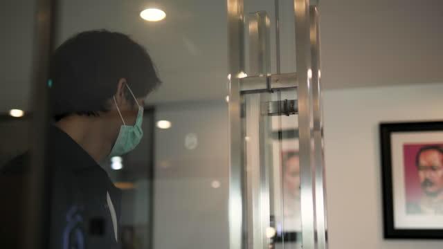vídeos de stock, filmes e b-roll de um homem asiático escaneia o cartão no escritório. - vestuário de trabalho formal