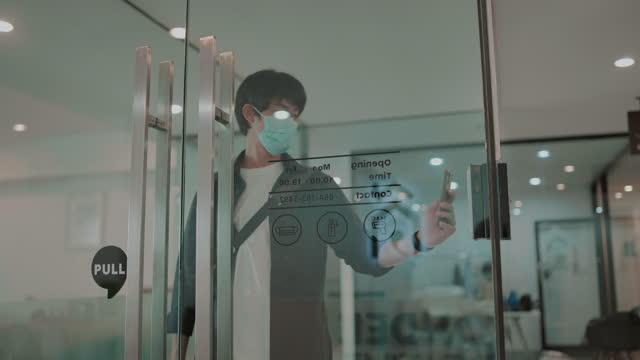 vídeos y material grabado en eventos de stock de hombre asiático escanea para trabajar en una oficina - equipo médico de escaneo
