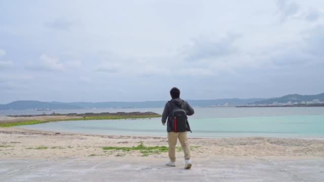 vídeos de stock, filmes e b-roll de homem asiático atira belas paisagens no destino de viagem - paisagem cena não urbana