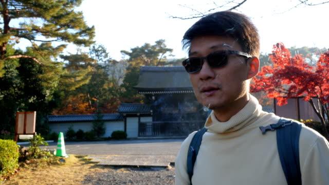 vídeos de stock, filmes e b-roll de homem asiático fumando no outono - smoking