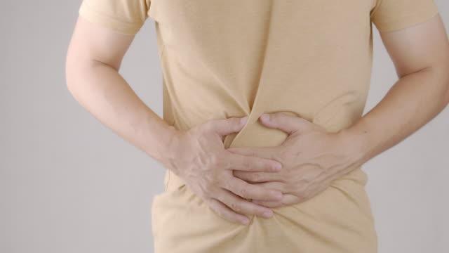 アジア人男性は自宅で腹痛を持つ。 - 潰瘍点の映像素材/bロール