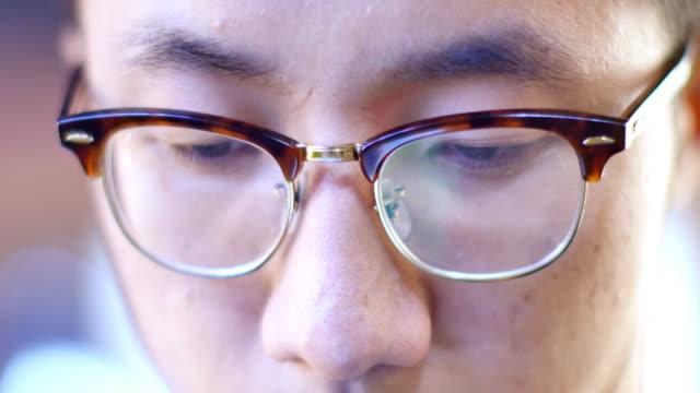 Aziatisch mens student op straat 's nachts