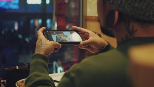 レストランでカレービーフライスを携帯電話で撮影するアジア人。 - カレー料理点の映像素材/bロール