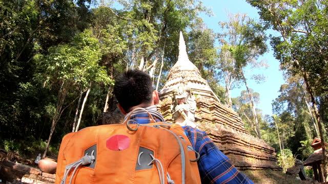 vídeos de stock e filmes b-roll de asian man tourist walks inside the temple with his backpack - ponto turístico