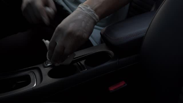 asiatisk man använda desinfektion våtservetter rengöring och gnugga bil hjul i sidduk för skydd och antibakteriella från coronavirus eller covid-19 fråga i vardagsrummet hemma. 4k upplösning footage - biltvätt bildbanksvideor och videomaterial från bakom kulisserna