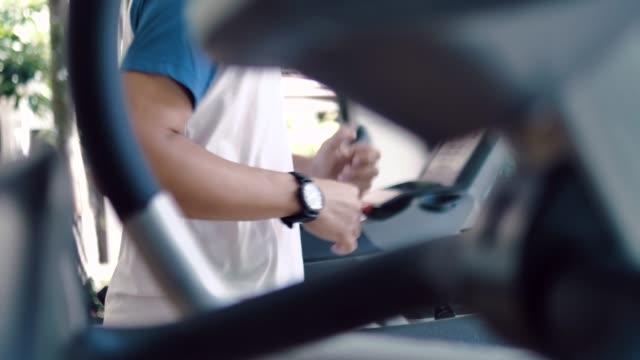 vídeos de stock, filmes e b-roll de homem asiático usando máquinas de exercício - exercício cardiovascular