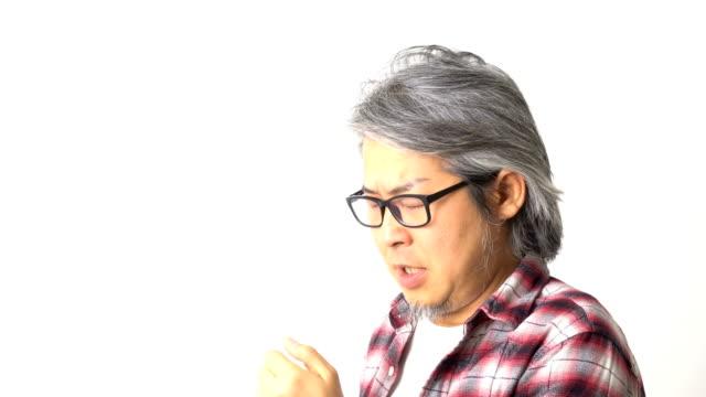 vídeos de stock, filmes e b-roll de homem asiático - tossindo