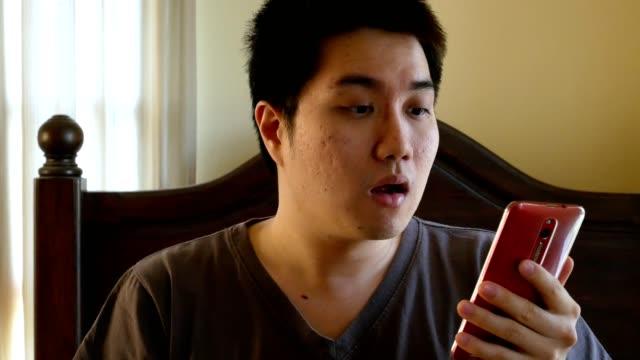 asiatischer Mann aufwachen spät für Arbeit, schauen mal auf Handy