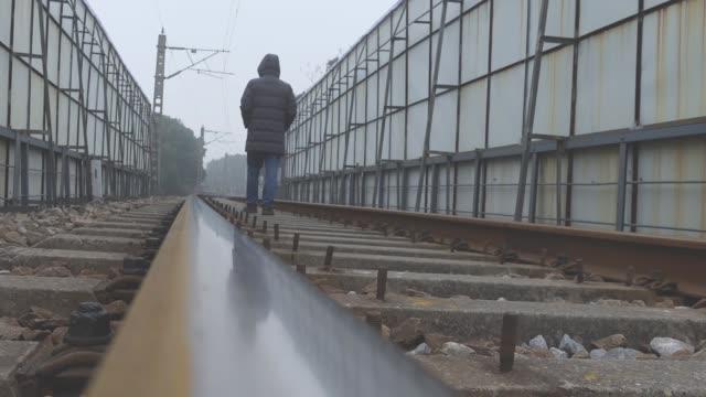 vídeos y material grabado en eventos de stock de hombre asiático caminando por los senderos del ferrocarril - un solo hombre de mediana edad