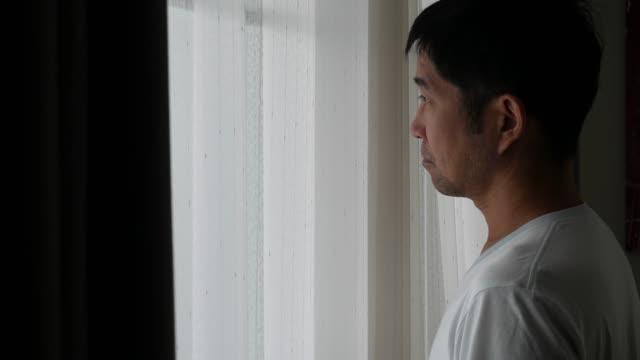 vídeos de stock, filmes e b-roll de máscara desgastando do homem asiático antes vá fora da casa - obscured face