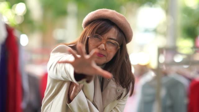 asiatische reife frau einkaufen kleid im einzelhandel, herzinfarkt - auftauchen stock-videos und b-roll-filmmaterial