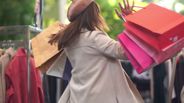 stockvideo's en b-roll-footage met aziatische volwassen vrouw winkelen jurk in de winkel, het tonen van boodschappentas - one mature woman only