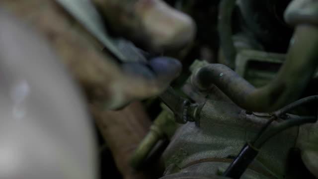 vídeos de stock, filmes e b-roll de carro asiático da manutenção do homem do mecânico - válvula vaso sanguíneo