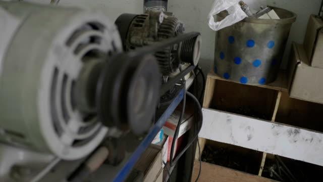 vídeos de stock, filmes e b-roll de motor elétrico asiático da manutenção do homem do mecânico. 4k - válvula vaso sanguíneo