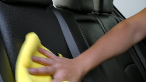 vídeos y material grabado en eventos de stock de los hombres asiáticos están limpiando el interior de los coches de los clientes en la tienda de detalles de coches. - clean