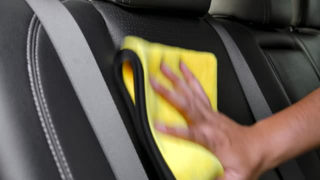 asiatiska män städar interiören i kundernas bilar på bilen detaljer butik. - biltvätt bildbanksvideor och videomaterial från bakom kulisserna