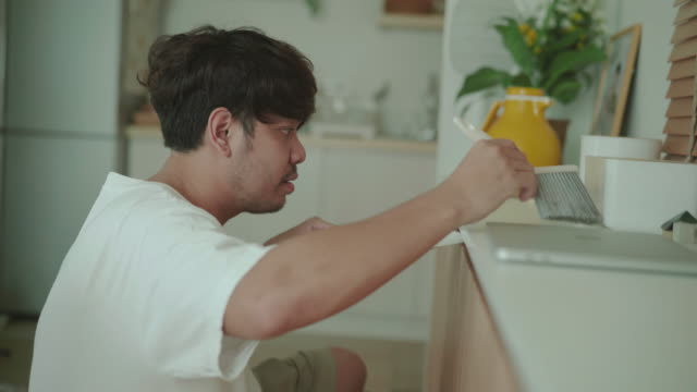 アジアの男性クリーニングの日 - 掃除機点の映像素材/bロール