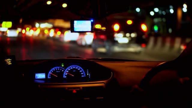 アジアの男性が道路を走行する。 - traffic jam点の映像素材/bロール