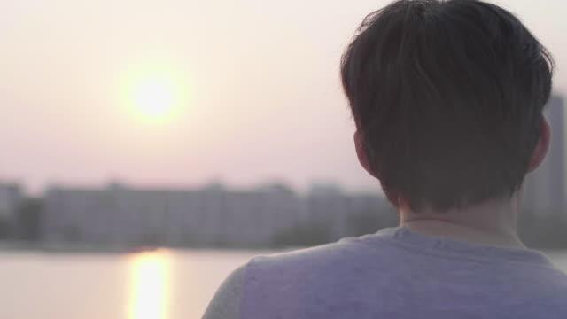 asiatische männer trainieren am abend. - ein mann allein stock-videos und b-roll-filmmaterial