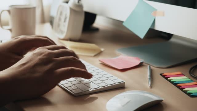 vídeos y material grabado en eventos de stock de hombres asiáticos trabaja en casa reunión en línea con colegas a través de internet. - ratón de ordenador