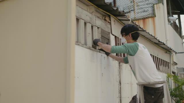 DIY asiatische Männer Abzugshaube zu installieren.