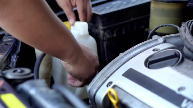vídeos de stock e filmes b-roll de asian men mechanic - cable
