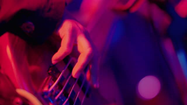 vídeos de stock, filmes e b-roll de homens asiáticos cantor com guitarra fazendo música no palco de shows de música pop. - cantar