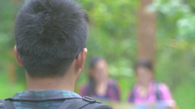 Aziatische mannen glimlachend met vriend wandelen in het bos