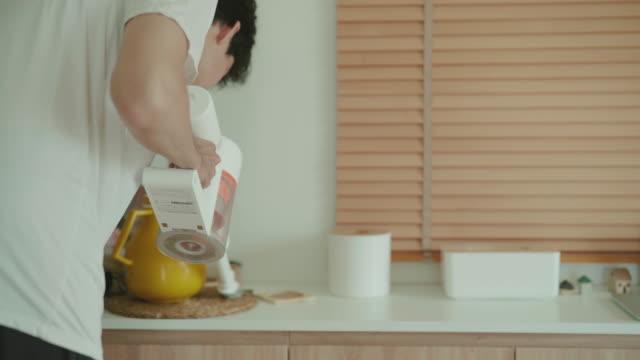 掃除機を使ったアジア人男性 - 掃除機点の映像素材/bロール