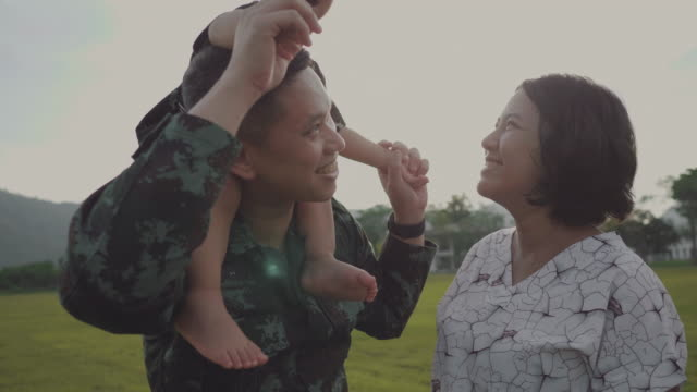 vídeos de stock e filmes b-roll de asian military soldier reunites with son - regresso ao lar