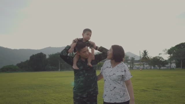 asian military soldier reunites with son - marina personale militare video stock e b–roll