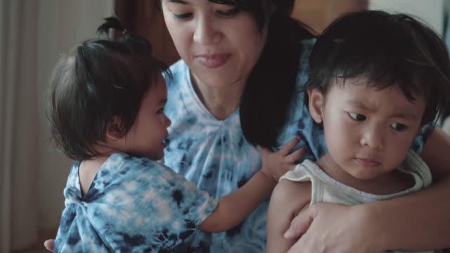 asiatiska millenial föräldrar - 6 11 månader bildbanksvideor och videomaterial från bakom kulisserna