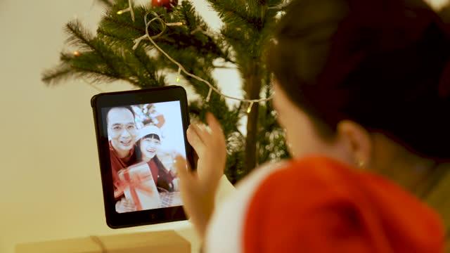 タブレットでビデオ通話を持つアジアのお母さんと息子 - 贈り物点の映像素材/bロール