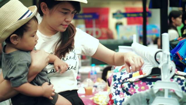 vídeos y material grabado en eventos de stock de asia madre y bebé juntos de compras - 6 11 meses