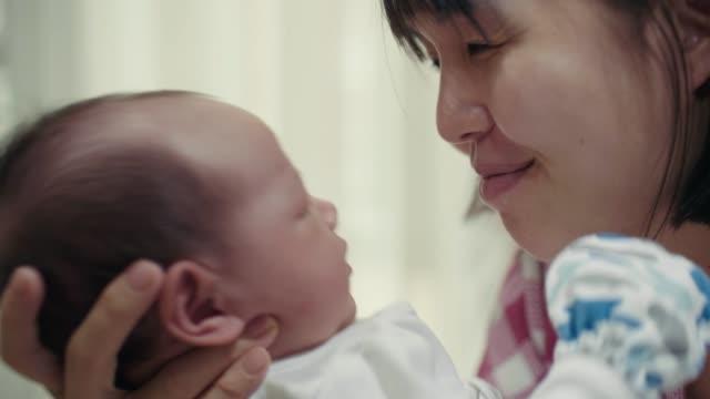 vídeos y material grabado en eventos de stock de asiática madre y bebé - 0 1 mes
