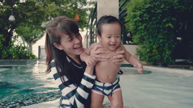 asiatische mutter und kind spaß im pool - 6 11 months stock-videos und b-roll-filmmaterial